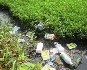 Các loại chai lọ, túi thuốc bảo vệ thực vật xả bừa bãi trên ruộng