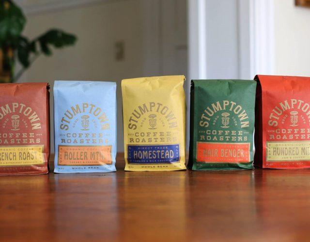 thiết kế Bao bì cafe của Stumptown đảm bảo mỗi loại cà phê có bản sắc cá nhân của nó trong khi vẫn còn được nhận diện một phần của cùng một dòng.